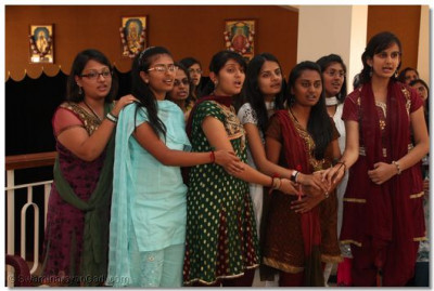 Students perform aarti