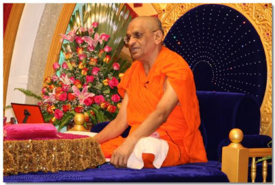 Divine darshan of Acharya Swamishree during Ashirwad