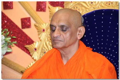 Divine darshan of His Divine Holiness Acharya Swamishree performing the meditation of Lord Shree SwaminarayanBapa Swamibapa
