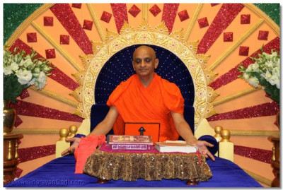 His Divine Holiness Acharya Swamishree performs the meditation of the divine blissful form of Lord Shree SwaminarayanBapa Swamibapa on Shree Sadguru Din (Amaas)