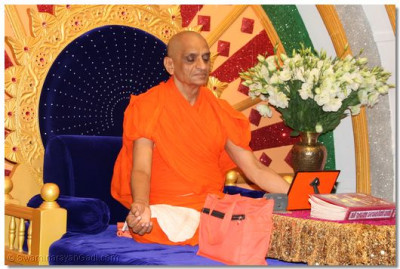 His Divine Holiness Acharya Swamishree performs the meditation of the divine blissful form of Lord Shree SwaminarayanBapa Swamibapa on Sadguru Din (Amaas)