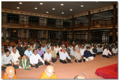 Hundreds of disciples listen attentively as His Divine Holiness Acharya Swamishree showers His Divine blessings on all