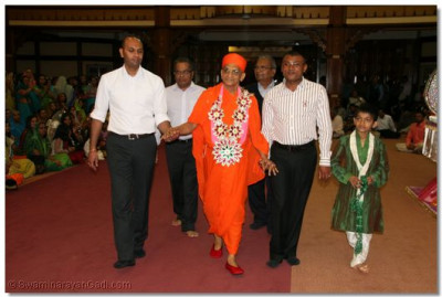Disciples lead Acharya Swamishree through Shree Swaminarayan Temple Nairobi