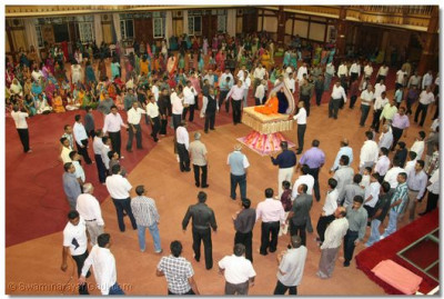 Hundreds of disciples play raas to please Lord SwaminarayanBapa Swamibapa on Shree Sadguru Din