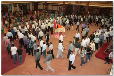 Hundreds of disciples play raaas to please Lord SwaminarayanBapa Swamibapa on Shree Sadguru Din