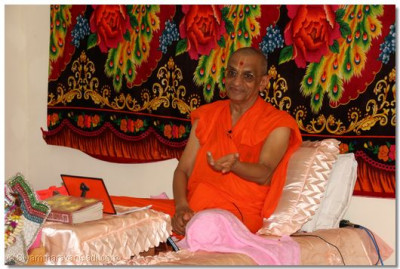 Acharya Swamishree guiding us through the teachings from the Lord Swaminarayan