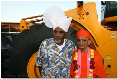 Acharya Swamishree presents the the Mayor of Mombasa a traditional turban as blessing from the Lord