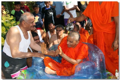 The divine darshan of Acharya Swamishree as his Sants commence the ceromony