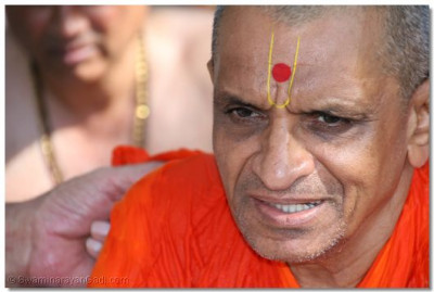 The divine darshan of Acharya Swamishree during the Panchamrut snaan