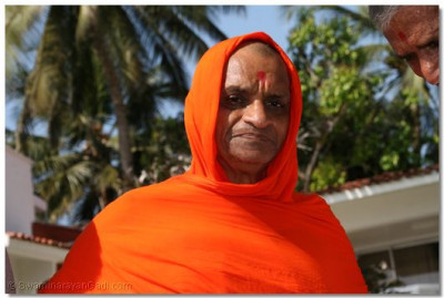 Divine darshan of Archarya Swamishree as he makes his way to the beach