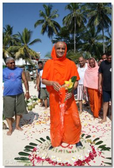 The divine darshan of Acharya Swamishree on the sandy beach