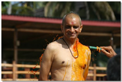 Haribhakto also get the chance to shower Acharya Swamishree with coloured water