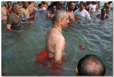 Divine darshan of Acharya Swamishree with his haribhakto in the ocean
