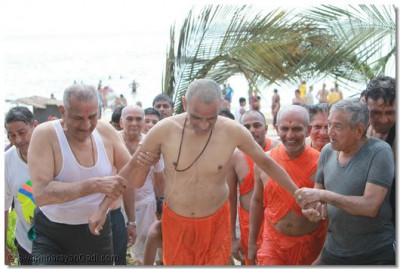 The divine darshan of Acharya Swamishree as he makes his way back from the ocean to the cottage