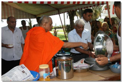 Acharya Swamishree consecrates the food prepared for lunch