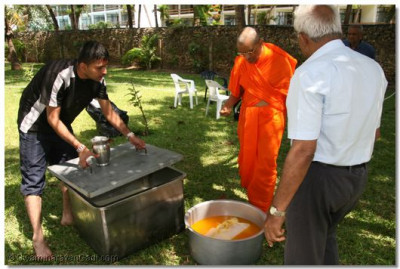 Acharya Swamishree takes a look at all the varieties that are offered for lunch