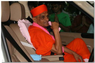 Divine darshan of Acharya Swamishree as he departs from the cottage and makes his way to the airport