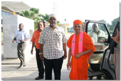 Acharya Swamishree is met by the Mayor of Mombasa at the local airport
