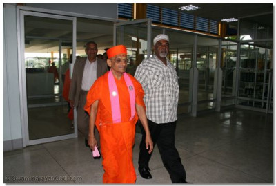 Acharya Swamishree, Sants and haribhakto are escorted through airport security
