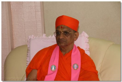 Divine darshan of Acharya Swamishree as he waits in the VIP departure lounge