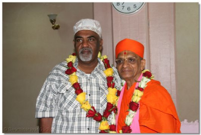 The divine darshan of Acharya Swamishree with the Mayor of Mombasa