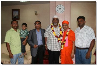 Divine blessings showered upon the Mayor of Mombasa and haribhakto as Acharaya Swamishree departs from Mombasa