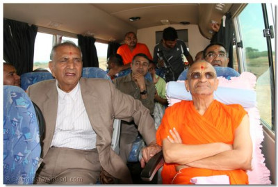Divine darshan of Acharya Swamishree as he is taken to the demolished site