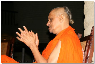 The divine darshan of Acharya Swamishree during dhoon
