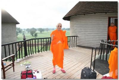 Acharya Swamishree makes sure that all luggage is present on checking out