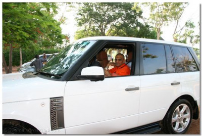The divine Darshan of Acharya Swamishree as all go on their onward journey to Mombasa