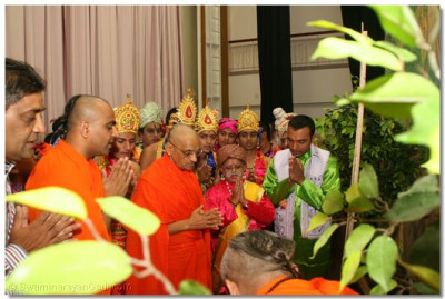 HDH Acharya Swamishree and participants offer prayer to Lord Swaminarayan before commencement