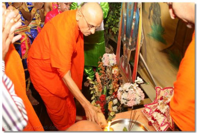 HDH Acharya Swamishree performs poojan to Lord Swaminarayan