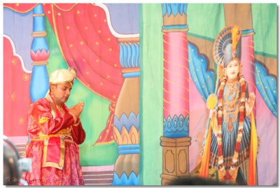 King Sursinh offers prayers to Lord Swaminarayan