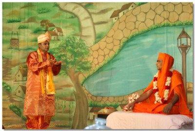 Sursinh prays to Gopalanand Swamibapa