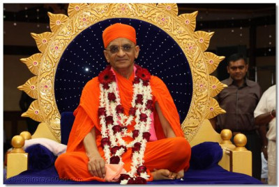 Divine darshan of HDH Acharya Swamishree at the commencement of Samuh Raas