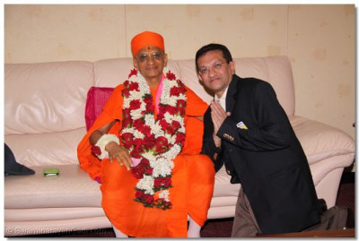 HDH Acharya Swamishree with a devotee at the airport