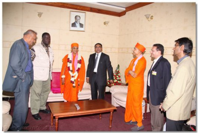 Devotees welcome HDH Acharya Swamishree at the airport