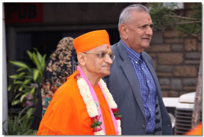 HDH Acharya Swamishree departs from the airport