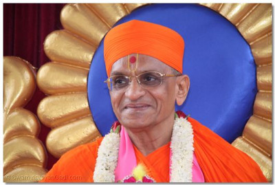 Divine darshan of HDH Acharya Swamishree on the charriot
