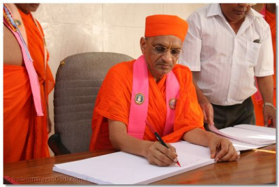 HDH Acharya Swamishree in an office at padharamani
