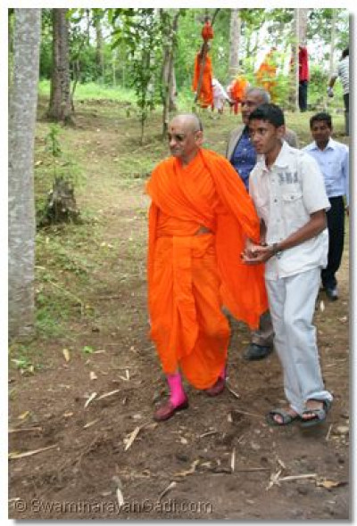 HDH Acharya Swamishree escorted to a resting place