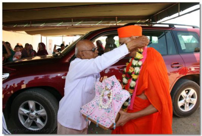 A devotee welcomes HDH Acharya Swamishree in Dar es Salaam