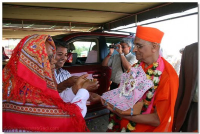 Devotees welcome HDH Acharya Swamishree in Dar es Salaam