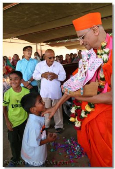 A young devotee welcomes HDH Acharya Swamishree in Dar es Salaam