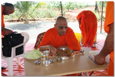 HDH Acharya Swamishree takes lunch prasad