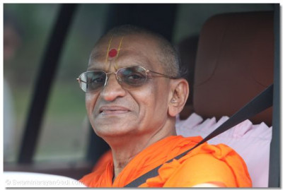 Divine darshan of Acharya Swamishree as he returns back to the cottage