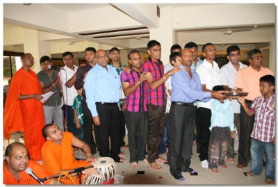 Devotees of Mombasa come together to perform aarti to please the Lord