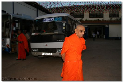 Acharya Swamishree making his way to his quarters before commencing the journey
