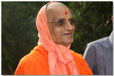 The divine darshan of Acharya Swamishree as He reaches the lodge