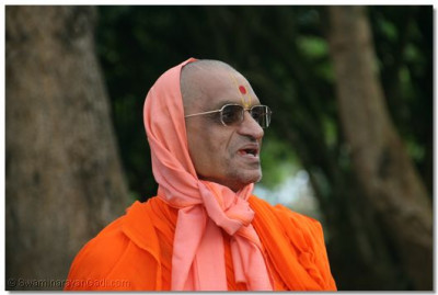 The divine darshan of Acharya Swamishree as His beloved devotees anxiously wait to receive his blessings
